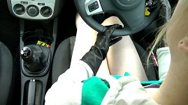 girl-leather-driving-gloves