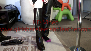 girls-in-leather-pants-gloves