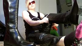 girl-leather-pants-overknee-boots-leather-gloves-and-jacket